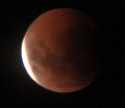 Lunar eclipse at almost total.jpg