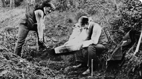 Charles Dawson (left) and Dr A Smith Woodward (right) searching for the Piltdown specimens