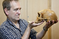 Chris Stringer with the Broken Hill skull. It belongs to species Homo heidelbergensis.