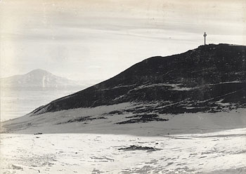The view from Discovery Hut towards Mt Discovery and the cross erected to the memory of George Vince © British Antarctic Expedition, 1910-1913 (Terra Nova) Image 386, courtesy of Scott Polar Research Institute, UK